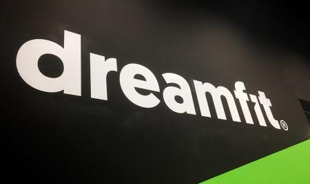 Weimark-Branding-gimnasio-dreamfit-entrada